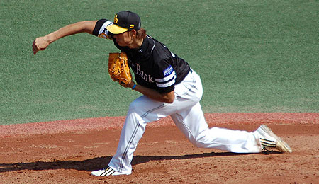 Fukuoka SoftBank Hawks ace Kazumi Saitoh is struggling and dealing with shoulder fatigue so far in 2007.